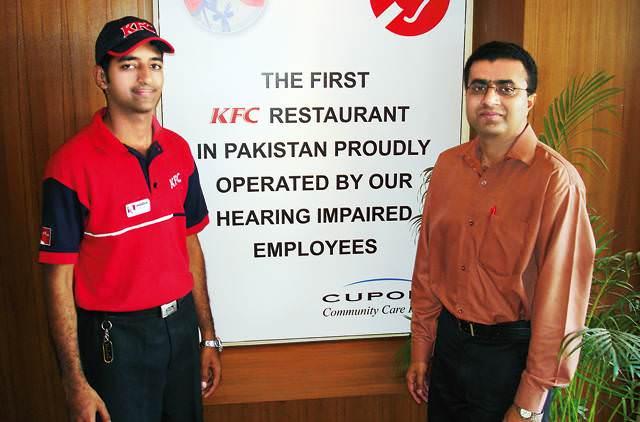 Photo of V Pákistánu pracují vKFC neslyšící zaměstnanci