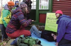 Photo of Neslyšící úspěšně absolvovali zážitkový kurz první pomoci vzimních horách