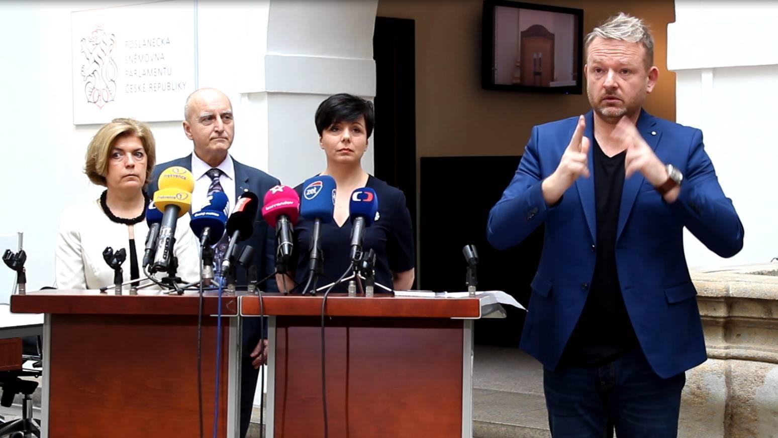 Photo of Tisková konference vPoslanecké sněmovně byla poprvé vhistorii tlumočena do ZJ