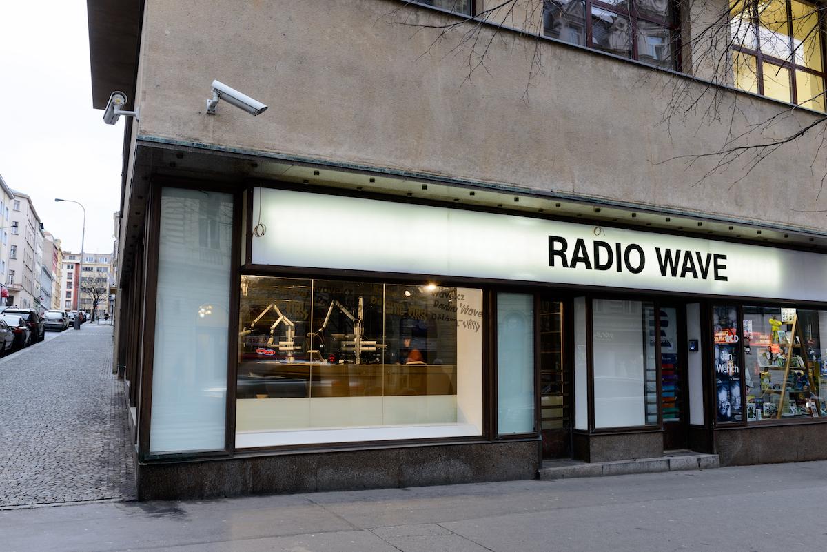 Photo of Reportáž znatáčení vRadio Wave. Ským tam dělali rozhovor?