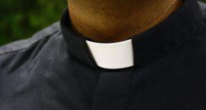 Argentinská policie zatkla dva kněze za zneužívání neslyšící mládeže