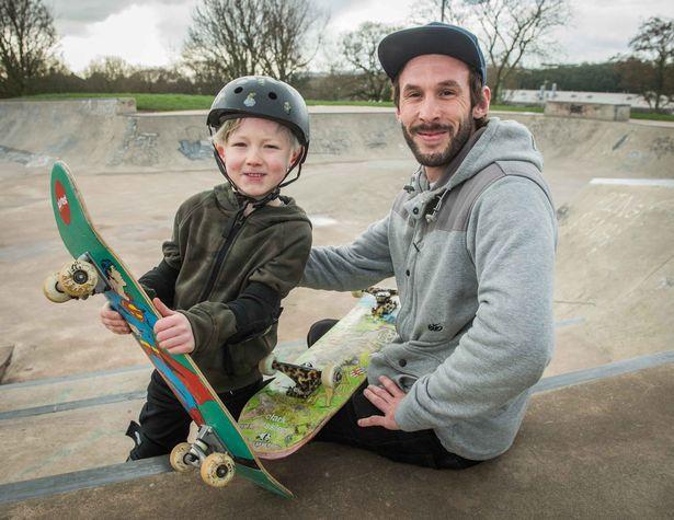 Photo of Sedmiletý neslyšící chlapec jezdí na skateboardu