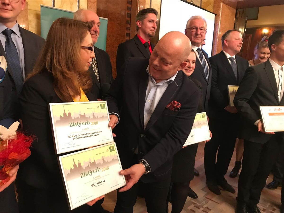 Photo of Cena Zlatý erb pro Prahu 10 za web tlumočený pro neslyšící