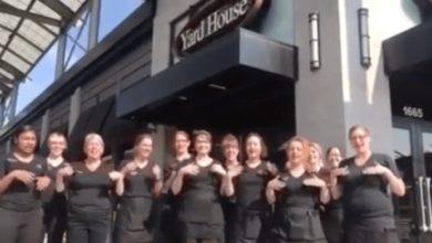 Photo of Zaměstnanci restaurace se naučili znakový jazyk, aby mohli popřát knarozeninám jejich neslyšícímu kolegovi