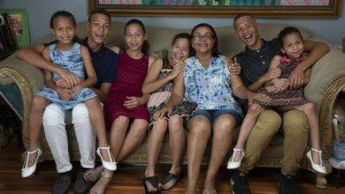 Photo of Narodili se neslyšící, nyní mohou slyšet, příběh ošesti neslyšících sourozencích