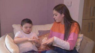 Photo of Sestra naučila svého bratra sDownovým syndromem znakový jazyk