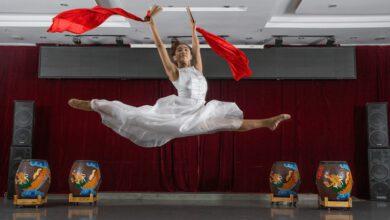 Photo of Čínská neslyšící dívka učí ve svém studiu děti tancovat