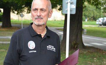 Photo of Policejní strážník Milan Holub pomáhá neslyšícím. Musel ale skončit