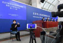 Photo of Tlumočnice znakového jazyka si vyrábí roušku