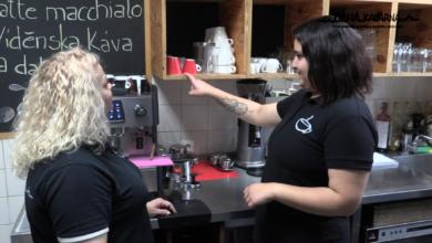 Photo of Tichá kavárna hledá usměvavé amilé číšníky ačíšnice.